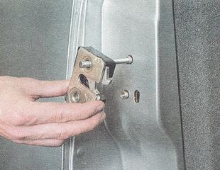 снимаем замок передней двери со шпильки
