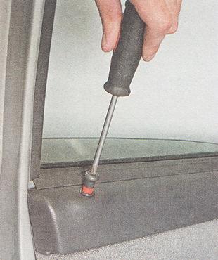 отворачиваем кнопку блокировки замка двери
