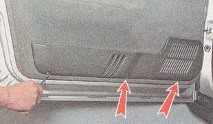 саморезы крепления нижней пластмассовой накладки облицовки обшивки