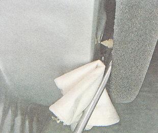 отверткой с широким лезвием отжимаем обшивку от двери