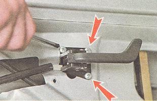 отворачиваем три винта крепления внутренней ручки открывания двери