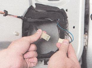 разъединяем разъемы проводов мотор-редуктора стеклоподъемника