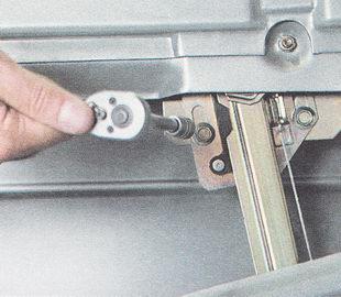 два болта крепления кронштейна стекла к направляющей стеклоподъемника