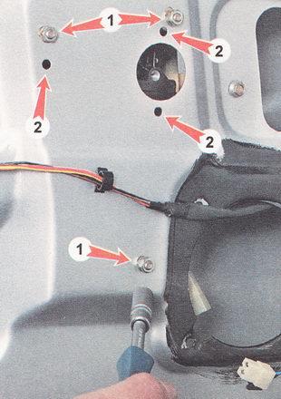 отворачиваем три гайки (1) крепления привода стеклоподъемника