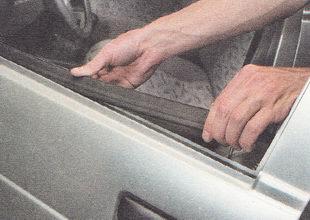 нижний внутренний уплотнитель стекла двери