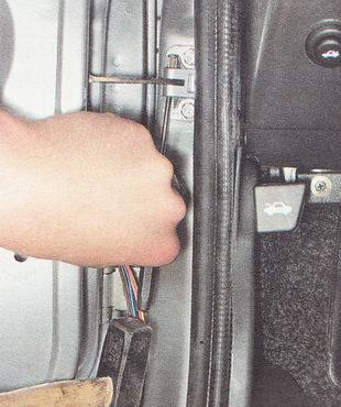 штифт тяги ограничителя двери