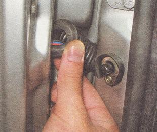 отсоединяем от двери гофрированный чехол жгута проводов