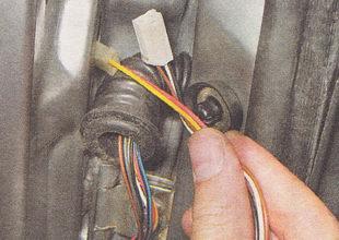 извлекаем провода вместе с разъемами