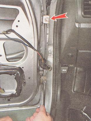 отворачиваем два болта крепления двери (по одному на каждой петле) и снимаем дверь с автомобиля