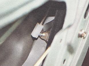 отсоединяем тягу наружной ручки от рычага замка
