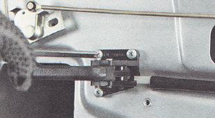 винты крепления внутренней ручки открывания замка двери