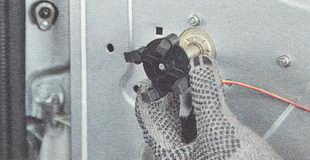 снимаем распорную втулку с вала привода стеклоподъемника