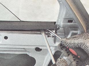 снимаем внутренний нижний уплотнитель стекла