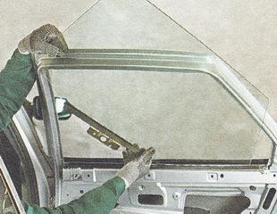 звлекаем стекло через проем между наружной и внутренней панелями задней двери