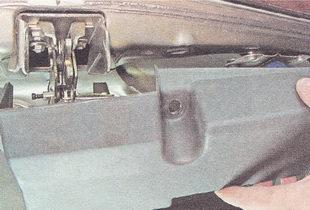 снимаем накладку замка багажника