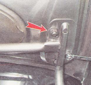 отворачиваем четыре гайки крепления крышки багажника к петлям