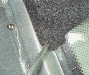 отворачиваем саморезы крепления обшивки к крышке багажника