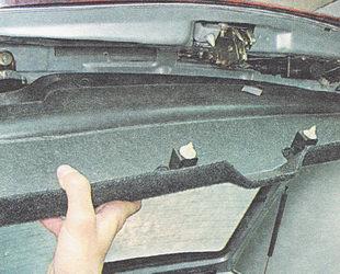 снимаем обшивку крышки багажника