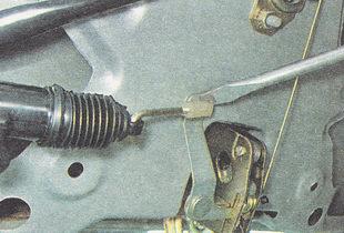 отсоединяем наконечник тяги от рычага замка крышки багажника