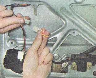 разъединяем разъемы электропривода замка