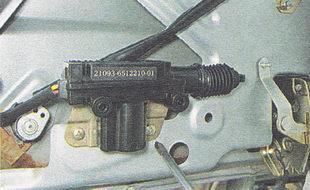 отворачиваем два самореза крепления кронштейна электропривода