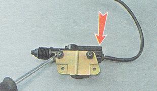 отворачиваем два самореза, крепления электропривода к кронштейну