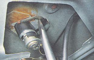 снимаем пружинную скобу, фиксирующую замок крышки багажника