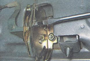 винт, фиксирующий тягу привода замка крышки багажника