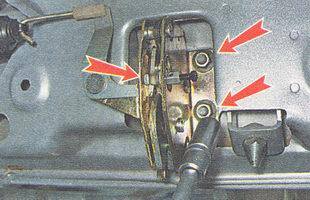 отворачиваем три гайки крепления замка крышки багажника