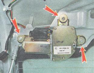 отворачиваем три гайки крепления кронштейна мотор-редуктора