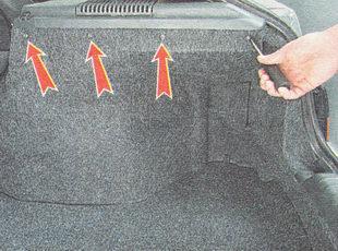 отворачиваем четыре самореза крепления правой обшивки багажника