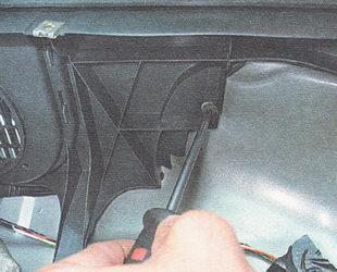 отворачиваем три самореза нижнего крепления полки багажника
