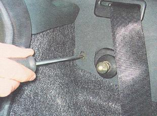 отворачиваем один саморез переднего крепления опоры полки багажника