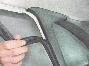 снимаем уплотнитель крышки с верхней части задней стойки