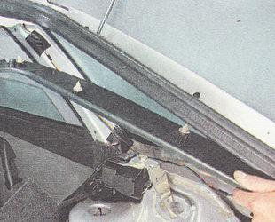 снимаем накладку стойки проема багажника
