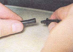 отсоединяем шланг форсунки омывателя от пластмассового переходника
