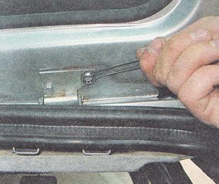 отворачиваем два болта крепления крышки багажника к петле