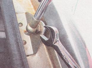 отворачиваем шаровой палец нижнего, а затем верхнего крепления газовых упоров