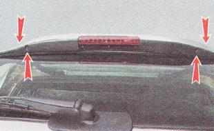 отворачиваем четыре самореза крепления спойлера (два сверху и два сзади)