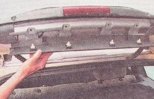 снимаем обшивку с крышки багажника