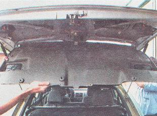 снимаем нижнюю обшивку крышки багажника