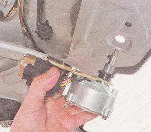 снимаем мотор-редуктора стеклоочистителя