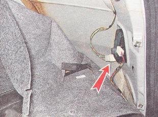 разъединяем разъемы крышки багажника