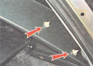 накладку удерживают два держателя