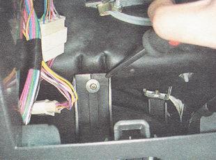 саморез крепления левого внутреннего кронштейна панели приборов