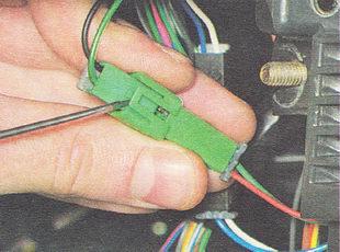 разъединяем два соединительных разъема идущих от датчика иммобилайзера