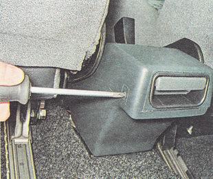 саморезы заднего крепления верхней части накладки туннеля пола