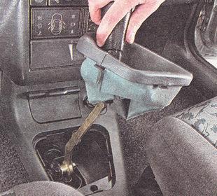 снимаем рукоятку рычага переключения передач вместе с чехлом