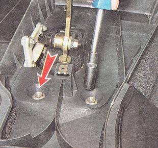 отворачиваем шесть гаек крепления нижней части накладки туннеля пола