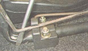 вынимаем торсион из фиксатора правого кронштейна крепления сиденья